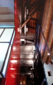 architetto_giancarlo_sottoriva_birreria_il_capolinea_piano_inferiore_architettura_rosso_scala_tubature