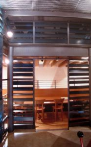 architetto_giancarlo_sottoriva_birreria_il_capolinea_piano_inferiore_tavoli_spazio