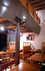architetto_giancarlo_sottoriva_birreria_il_capolinea_piano_inferiore_tavoli_vista_balconata