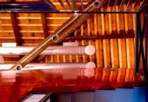architetto_giancarlo_sottoriva_birreria_il_capolinea_piano_superiore_architettura_rosso_scala_grate_tavoli_orizzontale_verticale_tetto